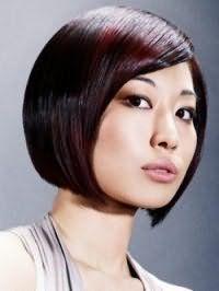 Элегантная стрижка каре для волос прямого типа с удлиненными передними прядями будет выглядеть модно, сочетая в себе основной черный цвет и колорирование темно-сливового тона