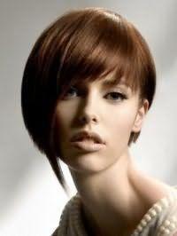 Идея стрижки каре с косой челкой и удлиненными прядками для каштановых волос