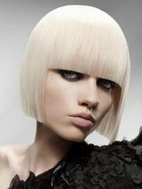 Модная стрижка каре с челкой для волос пепельного цвета