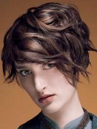 Стрижка каре с челкой на бок и укладкой для волос каштанового оттенка