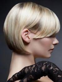 Элегантная стрижка каре с прямой челкой для волос пепельного цвета