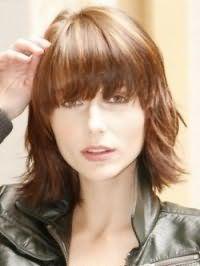 Вариант стрижки градуированное каре с прямой челкой для волос светло-каштанового цвета