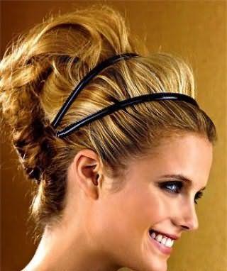 Креативный образ в виде гармоничного сочетания высокой греческой прически на длинных волосах пшеничного оттенка, украшенной двойной черной лентой и макияжа глаз в черных тонах