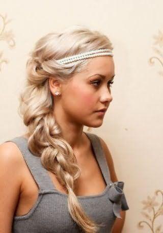 Греческая прическа на длинные густые волосы в виде косы, декорированная жемчужным ободком, станет отличным вариантом для блондинки с теплым цветотипом внешности