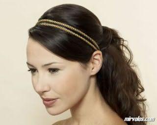 Естественный макияж глаз гармонирует с помадой светло-коричневого тона и дополняет образ девушки с длинными русыми волосами, уложенными в греческую прическу с челкой на бок