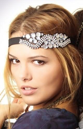 Роскошный вечерний образ, состоящий из греческой прически на длинные волосы карамельного оттенка, украшенной резинкой с камнями и стразами, и легкого макияжа в натуральных оттенках