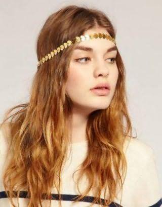 Девушкам с длинными волосами пшеничного оттенка подойдет греческая прическа с распущенными легкими локонами и тонким металлическим обручем золотистого тона, которая гармонирует со светлым типом кожи