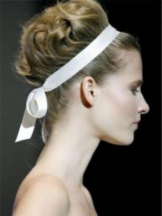 Для обладательниц светлого типа кожи хорошим вариантом будет высокая греческая прическа, уложенная в локоны и декорированная белой лентой, в тандеме с дневным макияжем