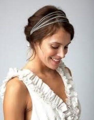 Каштановые волосы средней длины хорошо сочетаются с греческой прической, украшенной ободком из тонких полос и гармонируют с легким макияжем в естественных тонах