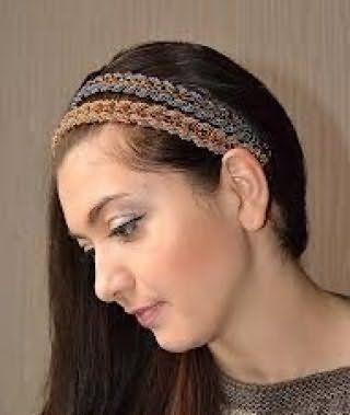 Макияж глаз серого оттенка сочетается с помадой натурального тона и дополняет образ девушки с греческой прической на темно-каштановых длинных волосах с двойным плетеным ободком