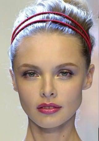Греческая прическа с двойным тонким ободком красного оттенка идеально подойдет блондинам и будет гармонировать с естественным макияжем глаз и розовой помадой
