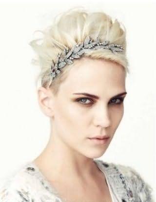 Волосы оттенка пепельный блонд, уложенные в высокую греческую прическу с диадемой, украшенной камнями, дополнят образ в сочетании с макияжем в светло-коричневой гамме