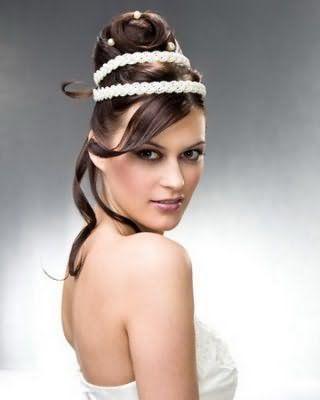 Высокая греческая прическа с двойным плетеным ободком белого цвета станет отличным вариантом для обладательниц темно-русого оттенка волос и карих глаз