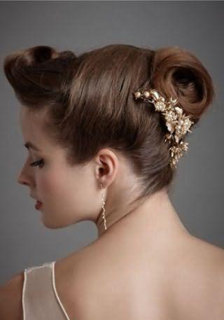 Свадебная прическа в греческом стиле с заколкой для длинных волос