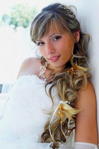 Свадебная прическа в греческом стиле с косой, украшенной цветами для длинных волос