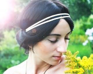 Прическа в греческом стиле с белым двойным ободком для брюнетки с длинными прямыми волосами станет отличным дополнением макияжа в натуральных тонах для светлого типа кожи