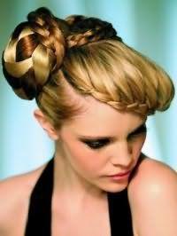 Стильная греческая прическа со сложным разнообразным плетением, декорированная колорированием коричневого оттенка, подойдет блондинкам с теплым цветотипом внешности