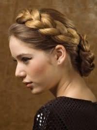 Макияж глаз в виде стрелок сочетается с помадой натурального оттенка и дополняет образ девушки с греческой прической, декорированной косой, на волосах русого оттенка