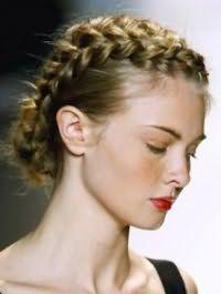 Длинные волосы золотисто-русого оттенка отлично смотрятся в греческой прическе, украшенной косой, и дополняются ярким красным макияжем губ девушки с теплым цветотипом внешности