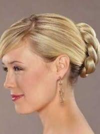 Греческая прическа с чекой на бок и плетением на затылке станет отличным вариантом для блондинок и будет гармонировать с макияжем глаз серого цвета и бордовым блеском для губ