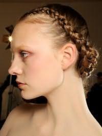 Модная греческая прическа с косой, обвитой вокруг головы, на длинных тонких волосах светло-каштанового оттенка, гармонирует с легким макияжем в розовой гамме