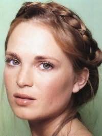 Гармоничный образ на каждый день в виде отличного сочетания дневного макияжа в натуральных оттенках и греческой прически с плетением для шатенок с длинными прямыми волосами