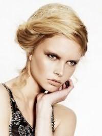 Стильный образ, состоящий из объемной греческой прически для блондинок, будет гармонировать с зелеными глазами, подчеркнутыми тенями коричневого оттенка и помадой бежевого цвета