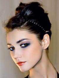 Изысканная греческая прическа, украшенная черным тонким ободком, хорошо вписывается в образ, состоящий из вечернего макияжа глаз и помады красного тона