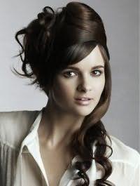 Роскошным вариантом для шатенок станет высокая греческая прическа на длинных волосах, уложенных в локоны, с челкой на бок в сочетании с макияжем в коричневой гамме для смуглого типа кожи
