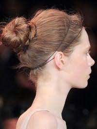 Греческая прическа, собранная в узел на затылке и украшенная тонким ободком, хорошо смотрится на волосах русого цвета и станет отличным решением для светлого типа кожи