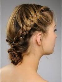 Модная греческая прическа, состоящая из двух кос, зафиксированных на затылке, хорошо смотрится на волосах средней длины русого оттенка и подходит обладательницам теплого цветотипа внешности