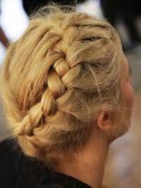 Греческая прическа в виде косы, опоясывающей голову, придает особый шарм обладательницам пшеничного оттенка волос и теплого цветотипа внешности