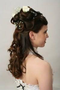 Отличным вариантом для шатенок станет греческая прическа на длинные распущенные волосы, уложенные в локоны, декорированная розами белого оттенка, которая гармонирует с легким макияжем в естественных тонах
