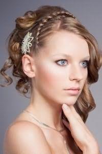 Свадебная греческая прическа с плетением на волосах русого оттенка с удлиненной челкой на бок создаст гармоничный образ в сочетании с естественным макияжем в светло – розовых тонах