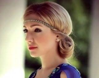 Хорошим вариантом для блондинок станет прическа с тонким металлическим ободком бронзового оттенка, которая сочетается с макияжем глаз в коричневых тонах для теплого цветотипа внешности