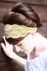 Оригинальная широкая кружевная повязка светло-желтого оттенка отлично дополнит греческую прическу на длинные темно-каштановые волосы и станет хорошим вариантом для светлого типа кожи