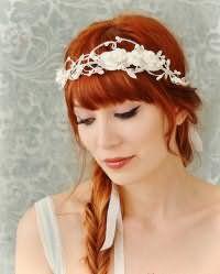 Рыжий цвет волос будет отлично смотреться с греческой прической с челкой и косой, украшенной стильным белым цветочным ободком, и дополнит образ в сочетании с макияжем глаз в виде стрелок