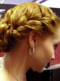 Креативный образ на каждый день, состоящий из греческой прически с плетением на волосах пшеничного оттенка и дневного макияжа, подойдет обладательницам теплого цветотипа внешности
