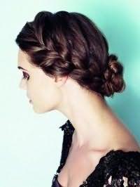 Органичное сочетание греческой прически в виде двух объемных кос, зафиксированных на затылке, и макияжа в коричневой гамме дополняет образ шатенки