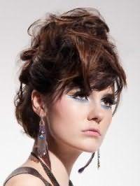Греческая прическа в виде хаотичных прядей на волосах каштанового оттенка гармонично дополняет вечерний образ девушки с карими глазами, подчеркнутыми стрелками и голубыми тенями