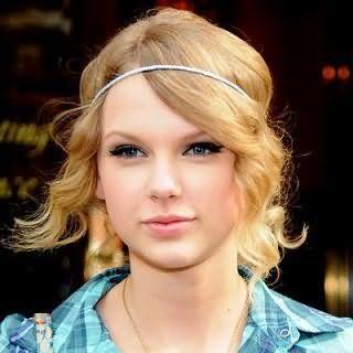 Тонкие волосы средней длины золотисто-пшеничного оттенка в прическе в виде легких локонов с тонким белым ободком гармонично дополнят образ в сочетании с макияжем глаз в виде стрелок для светлого типа кожи