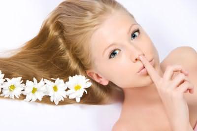 Для блондинок: ополаскивание ромашковым отваром сохранит насыщенность тона.
