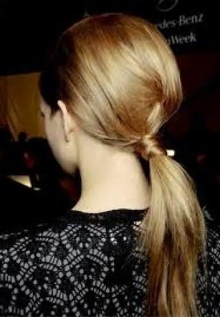 Повседневная прическа хвост с начесом на макушке для прямых волос