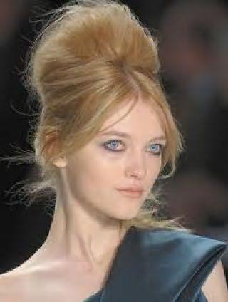 Популярная прическа бабетта с начесом и челкой на бок будет хорошо выглядеть на длинных волосах русого цвета и станет подходящим вариантом для создания вечернего образа