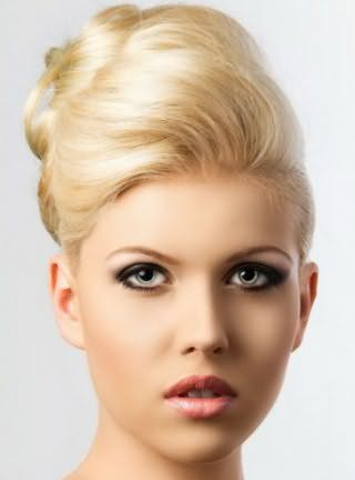Элегантная укладка с начесом для коротких прямых волос