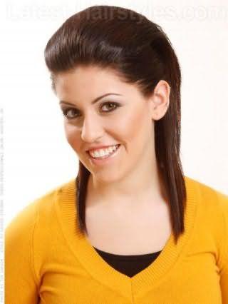 Простая укладка с начесом на средние волосы темно-каштанового цвета