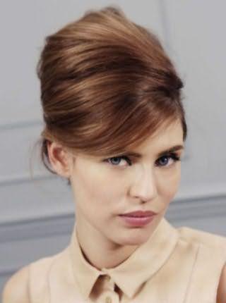 Элегантная укладка с начесом и косой челкой для средних волос