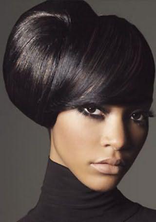 Креативная прическа с объемным начесом на средние или длинные волосы черного цвета гармонирует в макияжем в темных оттенках и подходит обладательницам смуглой кожи