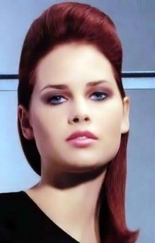 Идея прически с начесом для тонких средних волос красного цвета