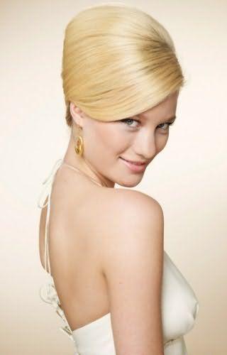 Свадебная прическа с начесом для блондинки с волосами средней длины